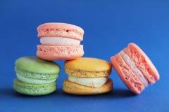 Foto da sobremesa no backround azul Foto do alimento Imagem de Stock Royalty Free