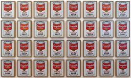 A foto da sopa do ` s de Campbell do ` das pinturas do original enlata o ` por Andy Warhol imagens de stock