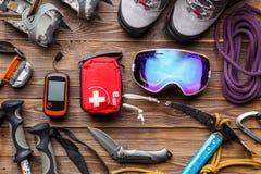 Foto da sopra dei pali di sci, stivali, piccone, cassette di pronto soccorso, maschere fotografie stock libere da diritti