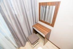 Foto da tabela com um espelho para uma composição fotografia de stock royalty free