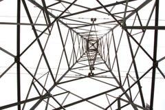Foto dall'angolo inferiore della posta o della torre ad alta tensione di alta tensione fotografia stock