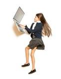 Foto dalla cima della ragazza sveglia che si trova sul pavimento e che per mezzo del computer portatile Fotografie Stock