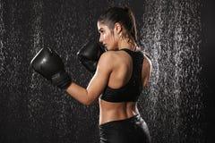 Foto dalla parte posteriore della ragazza allegra 20s in abiti sportivi e nel gl di pugilato Fotografia Stock Libera da Diritti