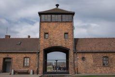 Foto, das den Sicherheitsturm am Eingang zu Konzentrationslager Auschwitz Birkenau, Nazivernichtungslager zurückgeht hinsichtlich Stockbilder