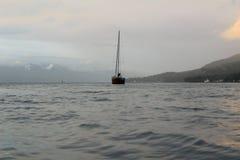 Foto, das ein Segelboot mitten in dem Meer zeigt Stockfotos