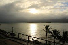 Foto, das einen schönen Sonnenuntergang durch einen Pier zeigt Stockfoto