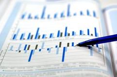 Foto, das Finanz- und auf lagerdiagramm zeigt stockfoto