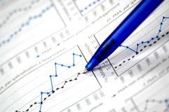 Foto, das Finanz- und auf lagerdiagramm zeigt Lizenzfreies Stockbild