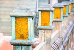 Foto das lâmpadas de rua resistidas velhas em uma linha imagem de stock