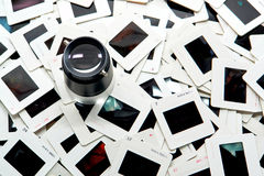 Foto, das Lupe über Stapel der Film-Plättchen bearbeitet Stockfoto