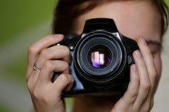 Foto, das Mädchen auf grünem Hintergrund macht lizenzfreie stockbilder