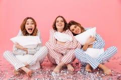 Foto das roupas vestindo sonolentos do lazer das mulheres 20s que sentam-se em f Fotos de Stock Royalty Free