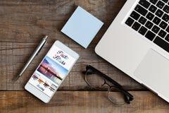 Foto, das Software-APP in einem Handy redigiert Detail des Arbeitsplatzes Stockbilder