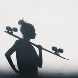 Foto das sombras da menina com um skate Fotos de Stock Royalty Free
