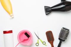 Foto de accesorios del peluquero, secador de pelo, peines, bandas situadas en fondo blanco limpio Imágenes de archivo libres de regalías