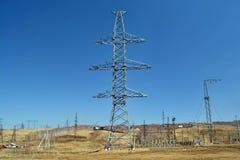 Foto de alto voltaje de las líneas eléctricas Foto de archivo