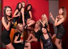 Foto de amigos hermosos alegres en el partido Imagen de archivo libre de regalías