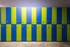 Foto de armarios azules y verdes en el gimnasio imagen de archivo libre de regalías