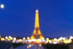 Foto de Bokeh da torre Eiffel na noite em Paris Foto de Stock