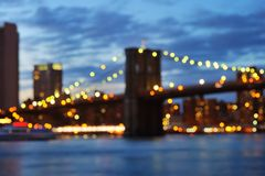 Foto de Bokeh del puente de New York City Brooklyn en la noche Foto de archivo libre de regalías