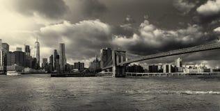 Foto de BW el puente de Brooklyn y el horizonte de Manhattan de, Nueva York fotos de archivo libres de regalías