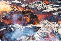 Foto de carvões quentes Fundo Lugar para seu texto imagens de stock