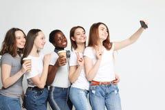 Foto de cinco meninas multi-étnicos que riem e que tomam o selfie fotos de stock