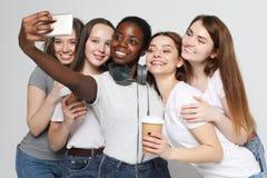 Foto de cinco meninas multi-étnicos que riem e que tomam o selfie foto de stock royalty free