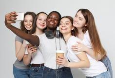 Foto de cinco meninas multi-étnicos que riem e que tomam o selfie fotos de stock royalty free