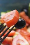 Foto de color de las verduras de ensalada en la bifurcación de la placa con la aceituna y el tomate imagen de archivo