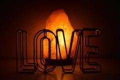Una figura de love y una lampára del himalaya.