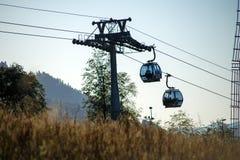Foto de dois teleféricos na área montanhosa foto de stock