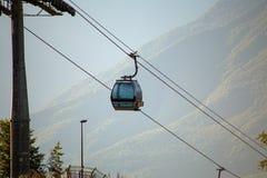 Foto de dois teleféricos na área montanhosa fotos de stock royalty free