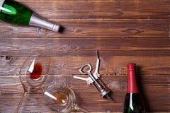 Foto de duas garrafas do vinho, de dois vidros de vinho e de corkscrew Imagens de Stock