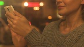 Foto de enrolamento fêmea nova de sorriso no smartphone, aplicação social das redes filme