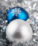 Foto de esferas do Natal sobre o fundo de prata fotografia de stock royalty free