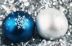 Foto de esferas do Natal sobre a prata imagem de stock