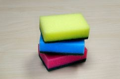 Foto de esponjas de limpeza coloridas diferentes na mesa Imagem de Stock Royalty Free