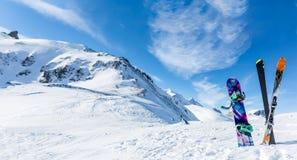 Foto de esquís y de palillos cruzados contra fondo del paisaje nevoso Imágenes de archivo libres de regalías