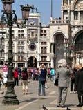 A foto de explorar ativa e de fotografar as vistas do complexo arquitetónico original do ` s de St Mark esquadra em Veneza fotos de stock
