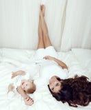 Foto de familia hermosa madre magnífica con su pequeño bebé lindo foto de archivo