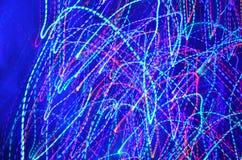 Luzes abstratas no fundo azul imagens de stock