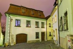 Foto de HDR de la calle y de las casas históricas de la ciudad vieja de Olomouc en la noche, República Checa foto de archivo