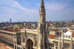 Foto de HDR de las estatuas de mármol blancas de los di Milano del Duomo de la catedral en la plaza, el paisaje urbano y el Galle Fotografía de archivo