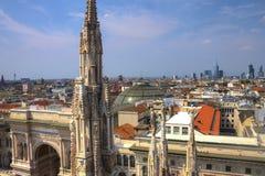 Foto de HDR de las estatuas de mármol blancas de los di Milano del Duomo de la catedral en la plaza, el paisaje urbano y el Galle Imagen de archivo