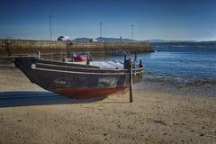 Foto de HDR de un barco de pesca en la playa imagenes de archivo