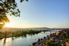 Foto de HDR de una opinión sobre el río de Moldava con el ajuste del sol detrás de él de Vysehrad en Praga, República Checa imagen de archivo libre de regalías