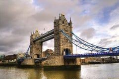 Foto de HDR del puente de la torre en un día nublado Foto de archivo libre de regalías