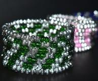 foto de la acción del negocio de los ornamentos de las pulseras del uso de las señoras Foto de archivo