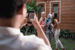 Foto de la actitud de tres mujeres del Islam que se colocan en el patio trasero mientras que mirada en la cámara fotos de archivo